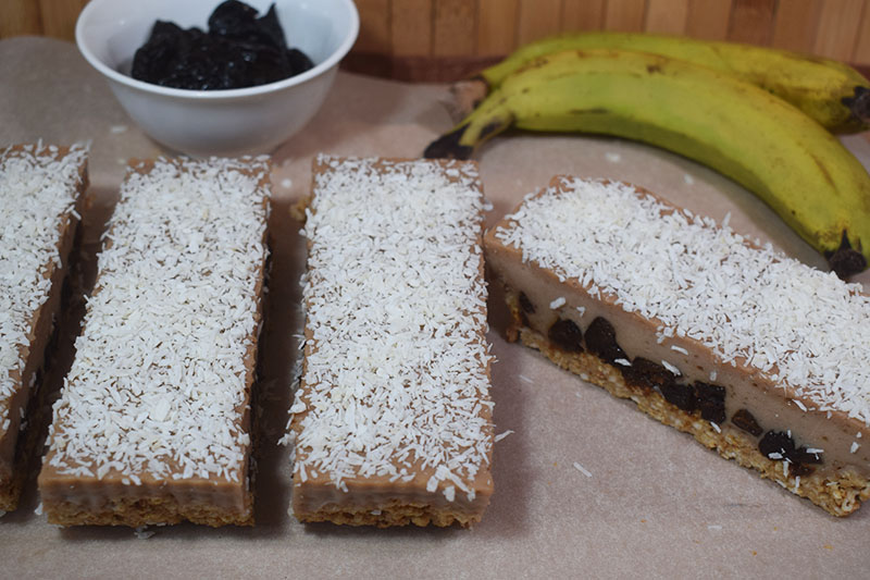 Банановый торт с черносливом без муки и выпекания