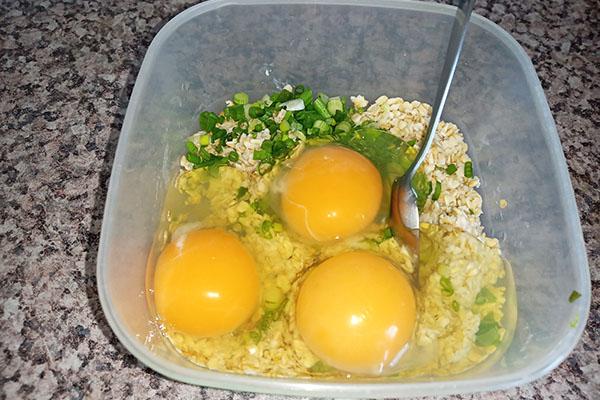 Добавить соль, яйца, зелень