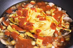 Добавляем макароны, специи и соусы