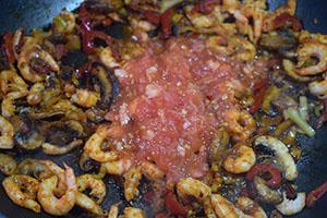 Добавляем томат и соус