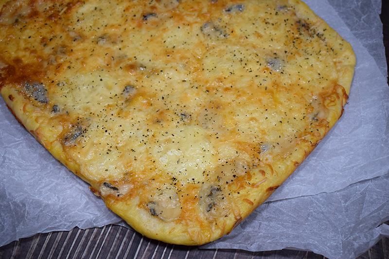 Домашняя сырная пицца