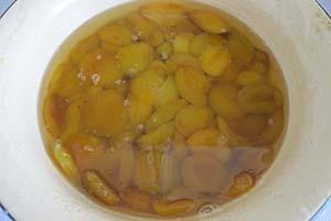 Достаём абрикосы из сиропа