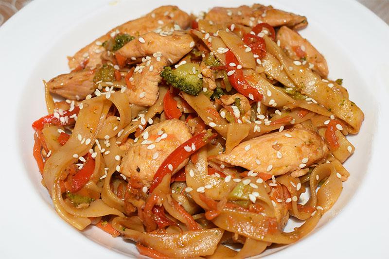 Курица терияки с овощами и тальятелле
