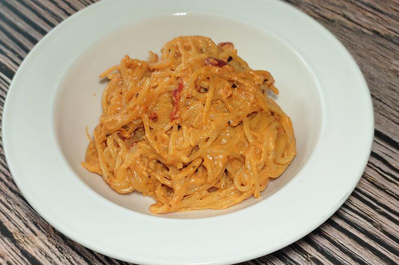 Макароны на сковороде в томатном соусе