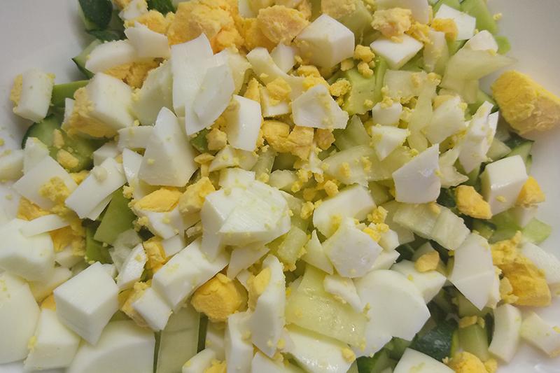 Нарезаем овощи и яйца