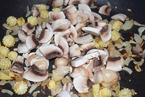 Обжариваем овощи и грибы