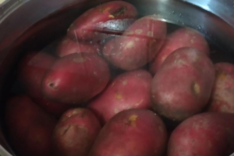 Отвариваем картофель