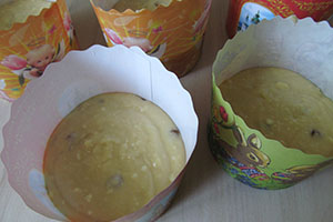 Переносим тесто в формочки