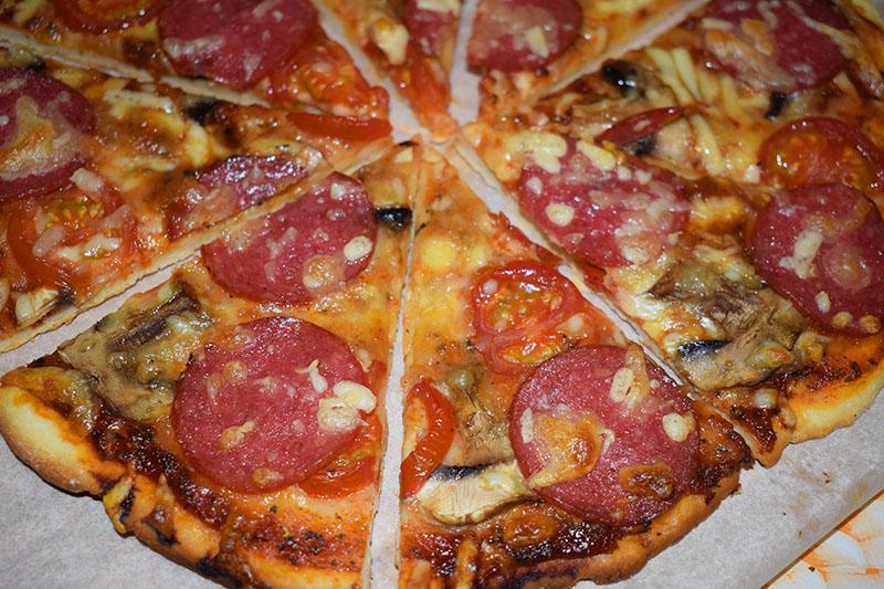 Пицца с салями и грибами на хрустящем тесте