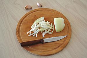 Подготавливаем чеснок и лук