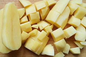 Подготавливаем картофель и яйца