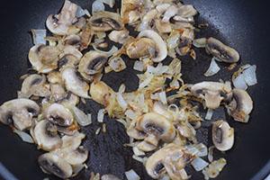 Подготавливаем лук и грибы