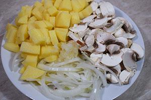 Подготавливаем овощи и грибы