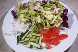 Подготавливаем овощи и сыр