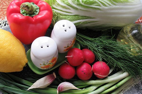 Подготавливаем овощи и зелень