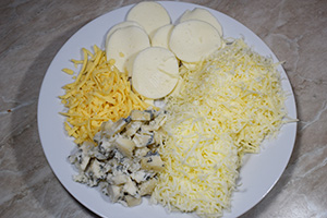 Подготавливаем соус и начинку