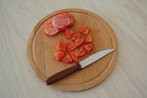 Подготавливаем томаты и перец