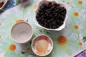 Подготавливаем желатин и ягоды