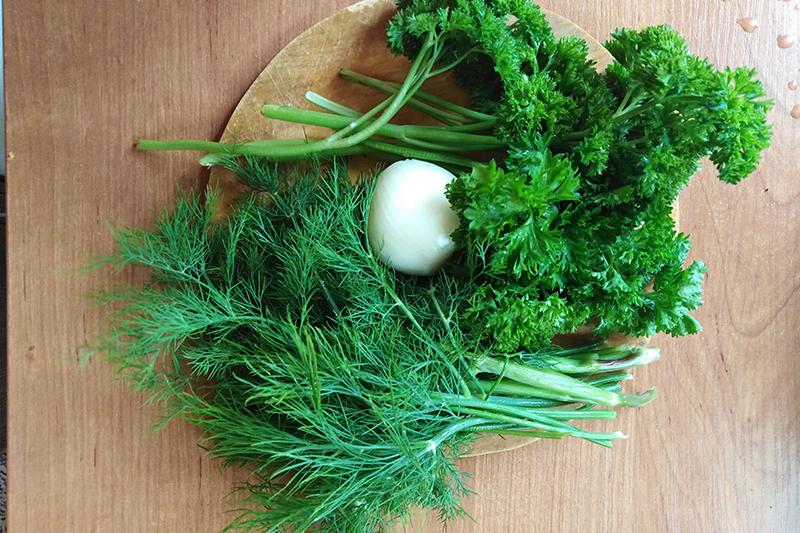 Подготовить зелень и лук