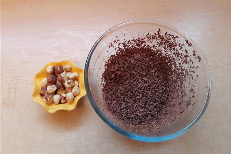 Подготовка шоколада и орехов