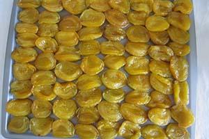 Подсушиваем абрикосовые дольки