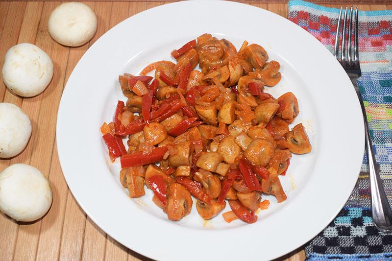 Салат из шампиньонов и сладкого перца
