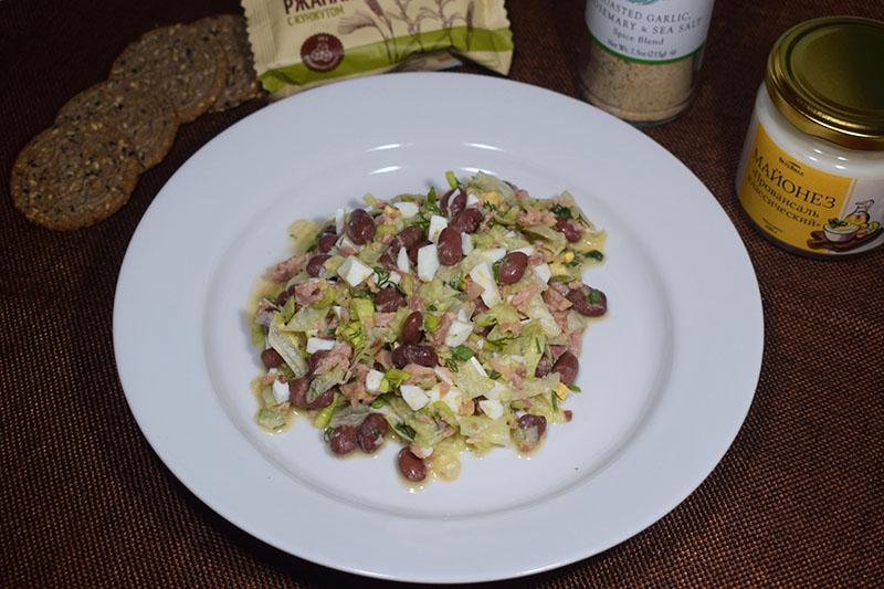 Салат с консервированным тунцом, яйцом и фасолью