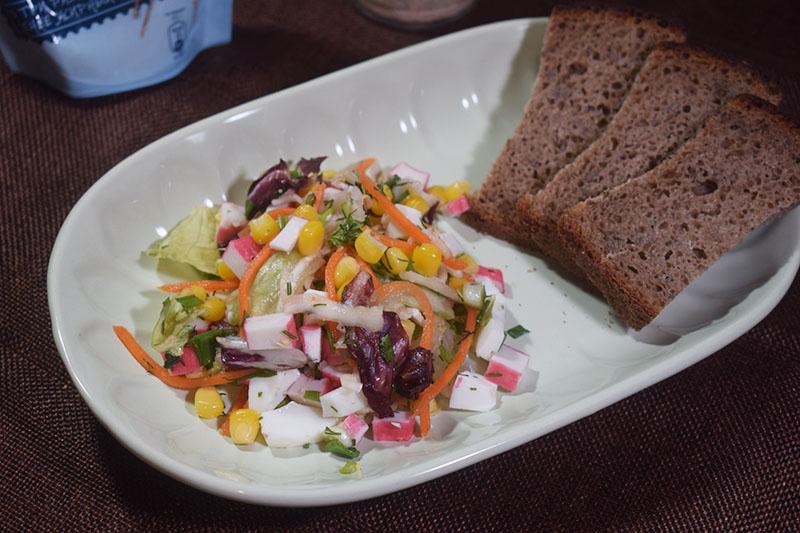 Салат с крабовыми палочками и салатным миксом