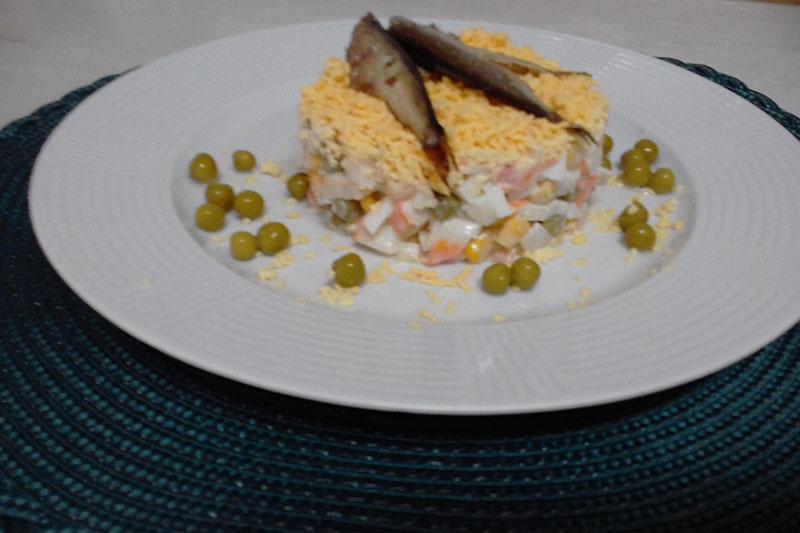 Салат с крабовыми палочками и шпротами
