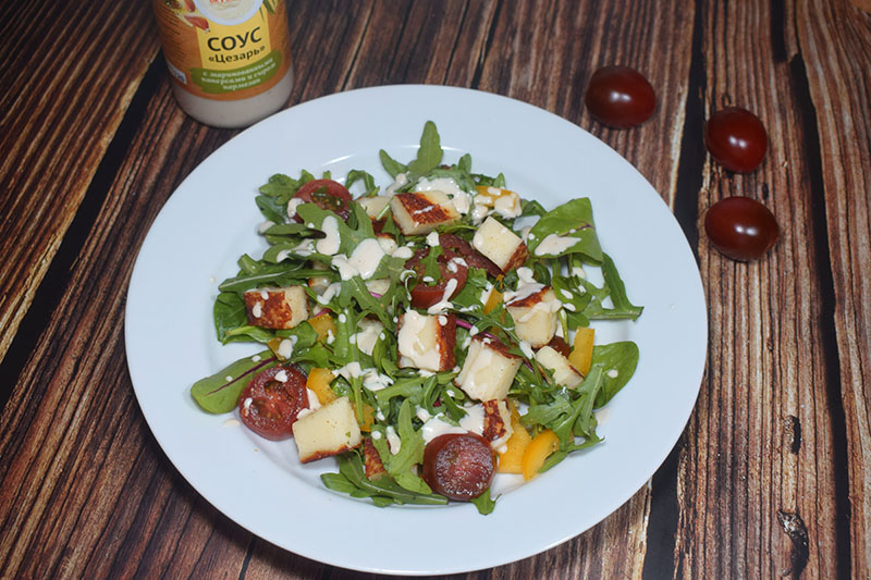 Салат с жареным сыром халумис