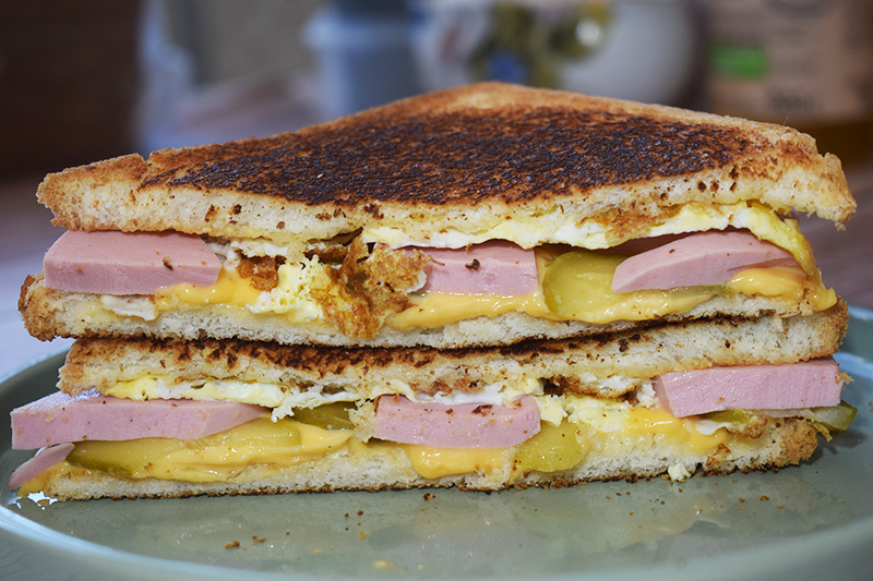 Сэндвич с колбасой и сыром
