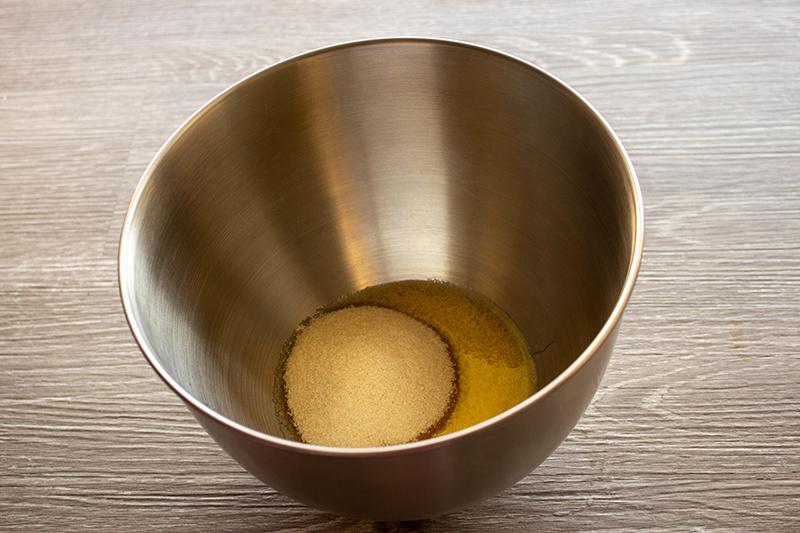 Смешать яйца с сахаром и маслом