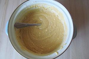 Смешиваем тесто, опару и сухофрукты