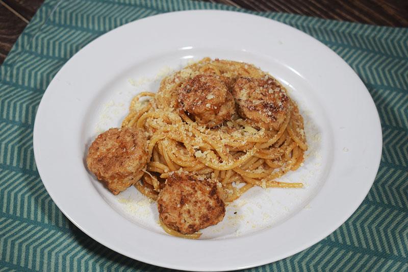 Спагетти в томатном соусе с куриными котлетками