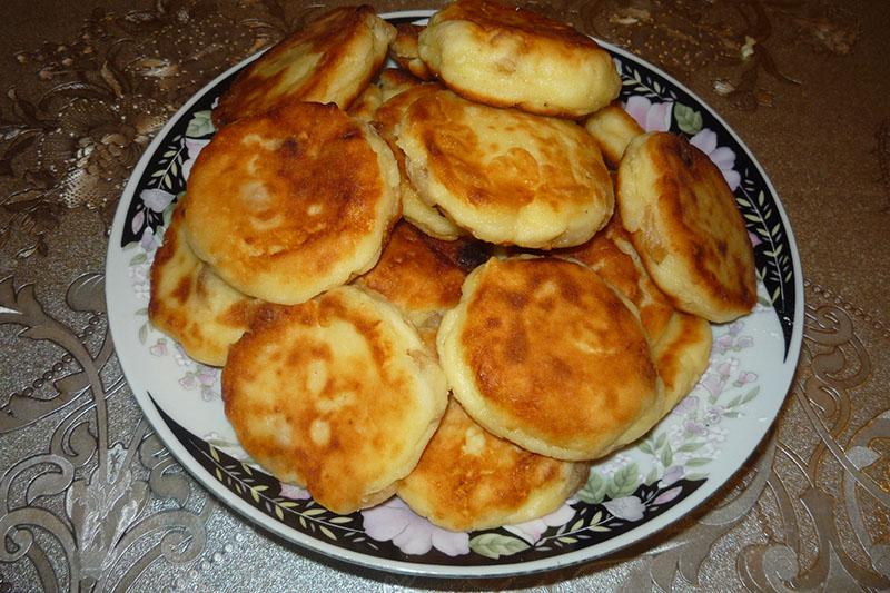 Сырники с изюмом на сковороде