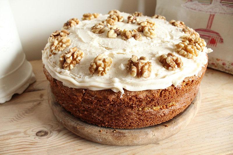 Творожный пирог с орехами и медом