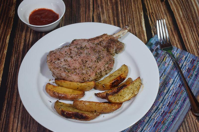 Запеченная свинина на косточке с картофелем
